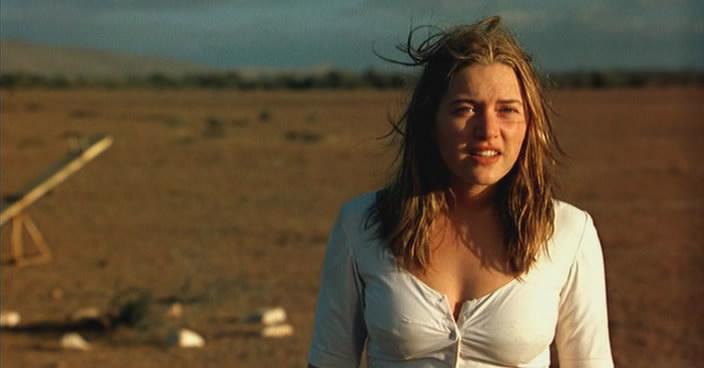 Кейт Уинслет Одевает Блузку – Священный Дым (1999)