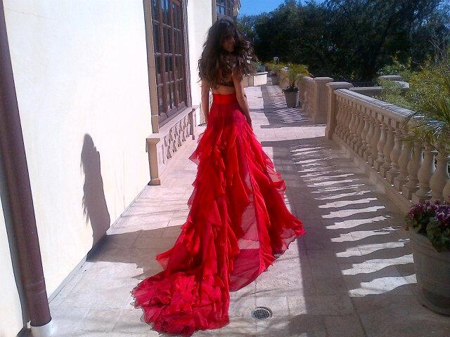 Девушка в красном платье на аву